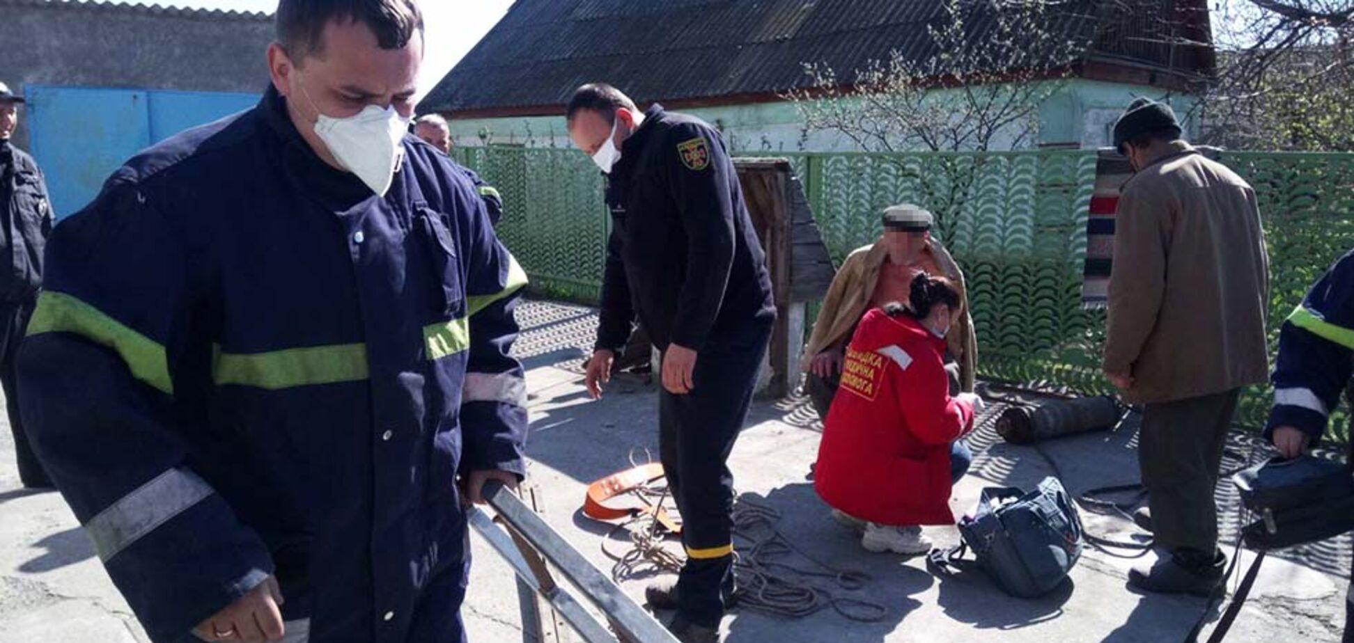 На Дніпропетровщині чоловік впав у 10 метровий колодязь. Фото