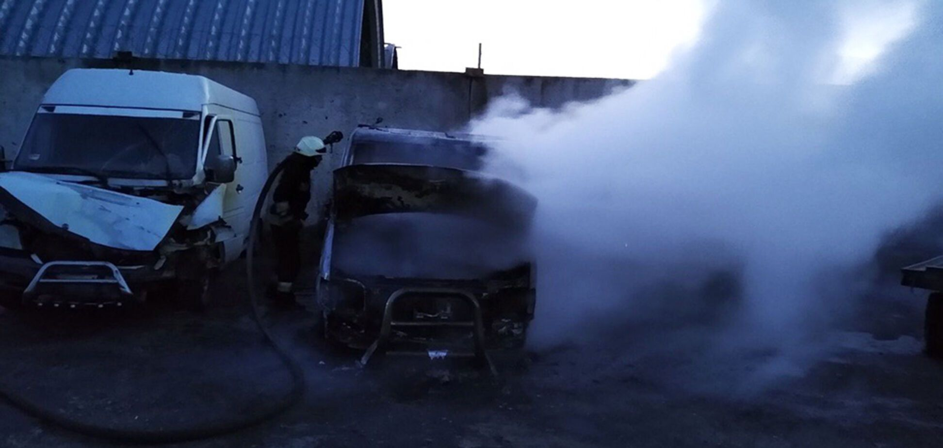 У Дніпрі на автобазі вщент згоріли два мікроавтобуси. Відео