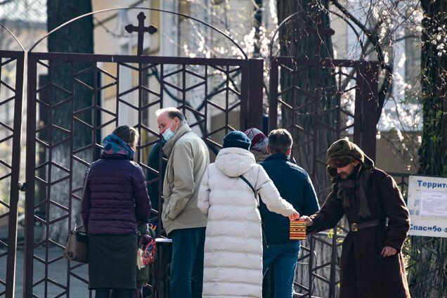 Святили вербу, причащали з однієї ложки: в Україні священників покарали за порушення карантину