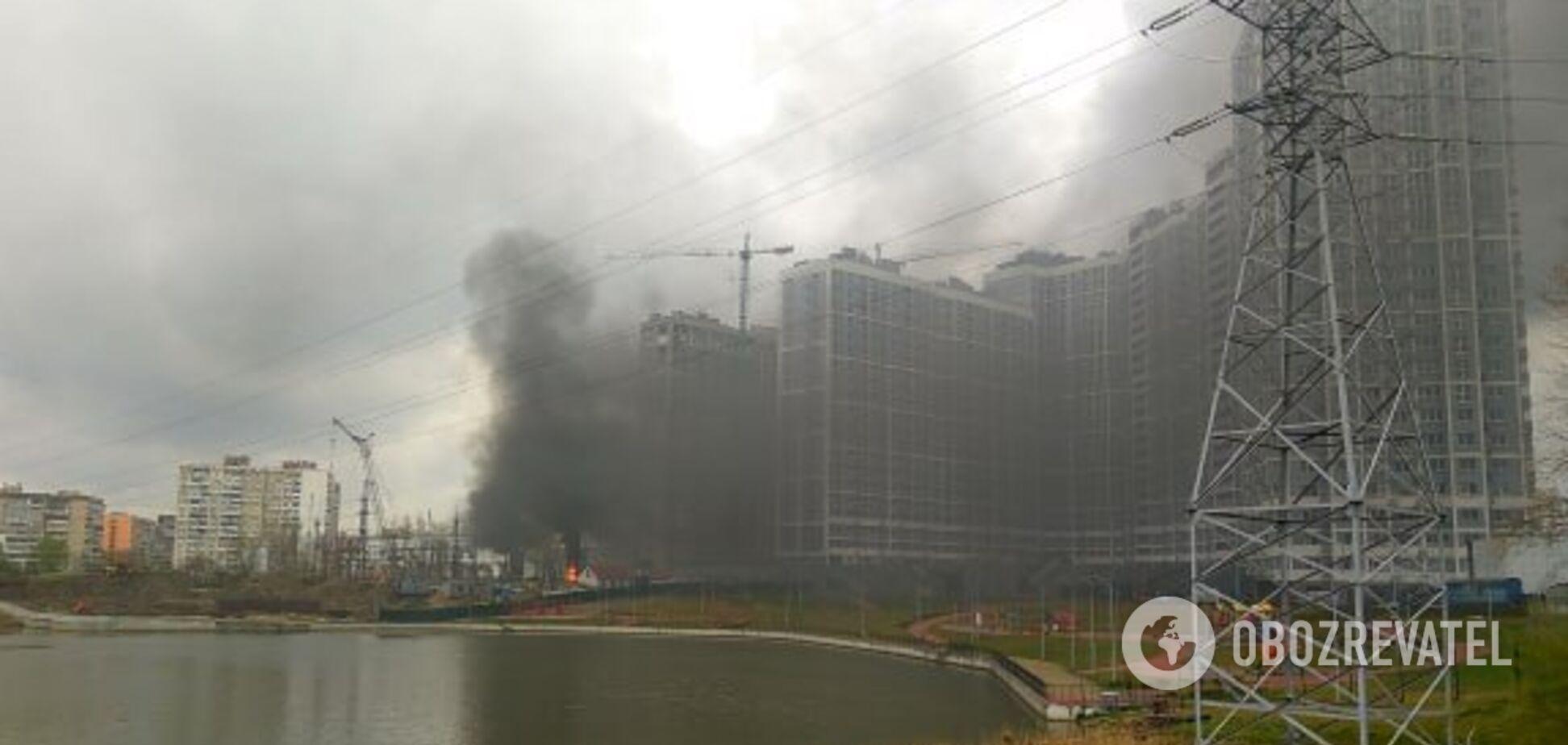 В Киеве на левом берегу вспыхнул масштабный пожар со взрывом. Эксклюзивные фото