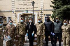 Марина Порошенко привезла у Київський військовий госпіталь захисні костюми, паски та малюнки