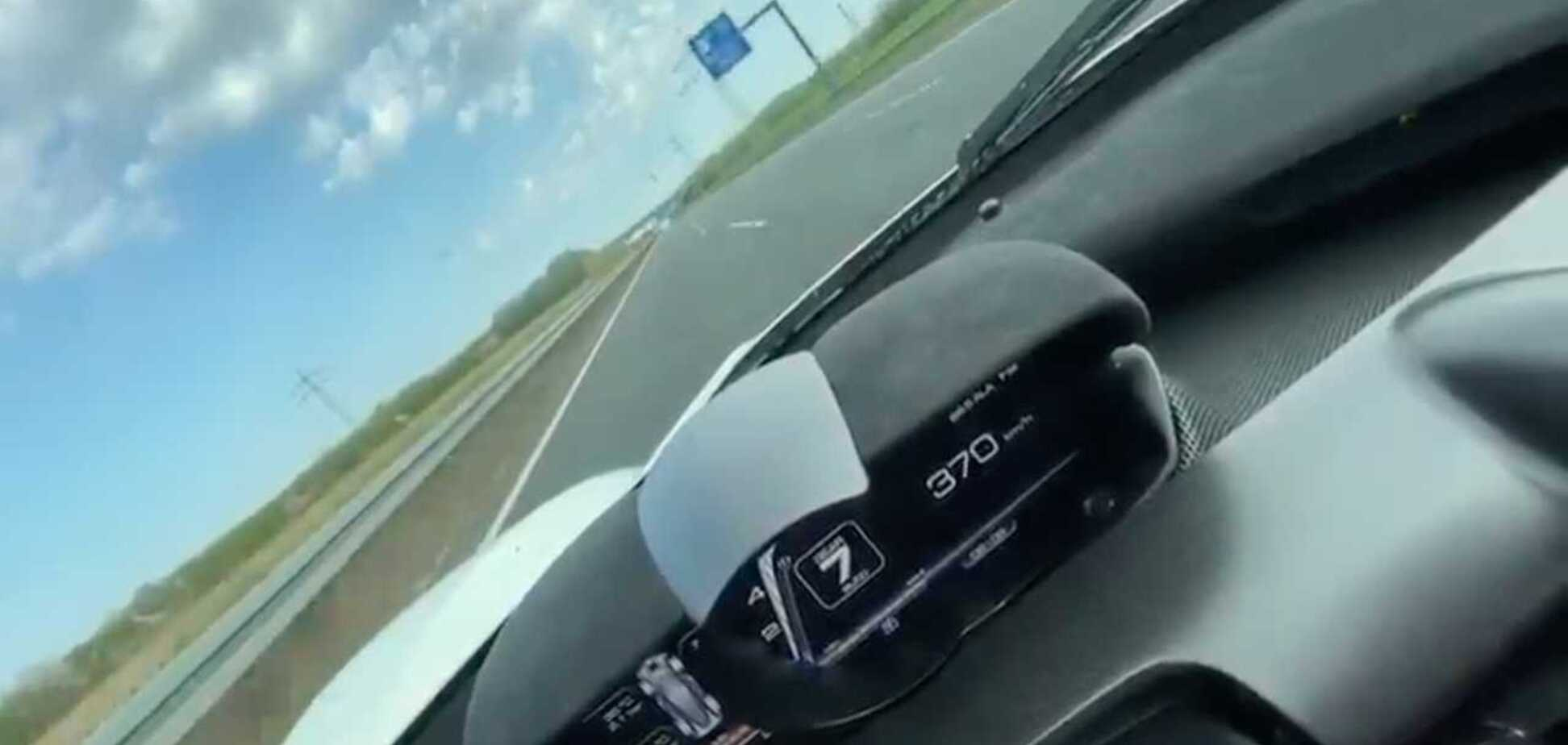 Водитель снял из салона авто свой разгон до 372 км/ч. Видео