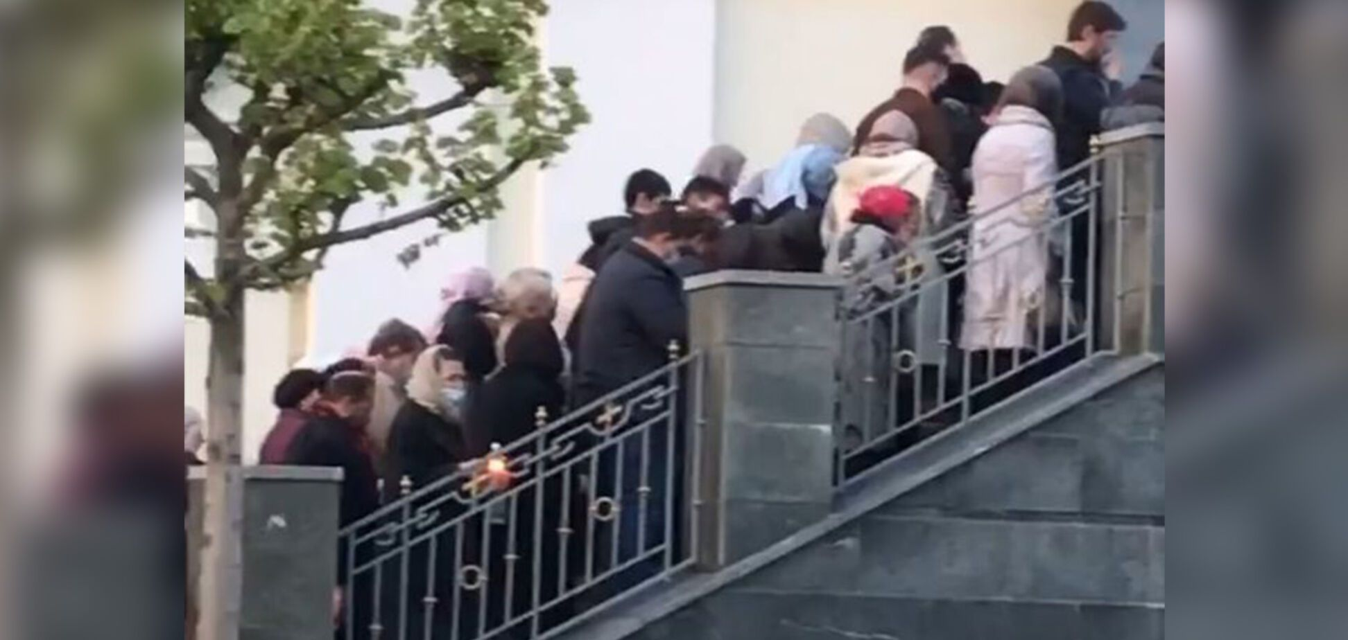 В Днепре толпа прихожан собрались у церкви, нарушив карантин. Фото