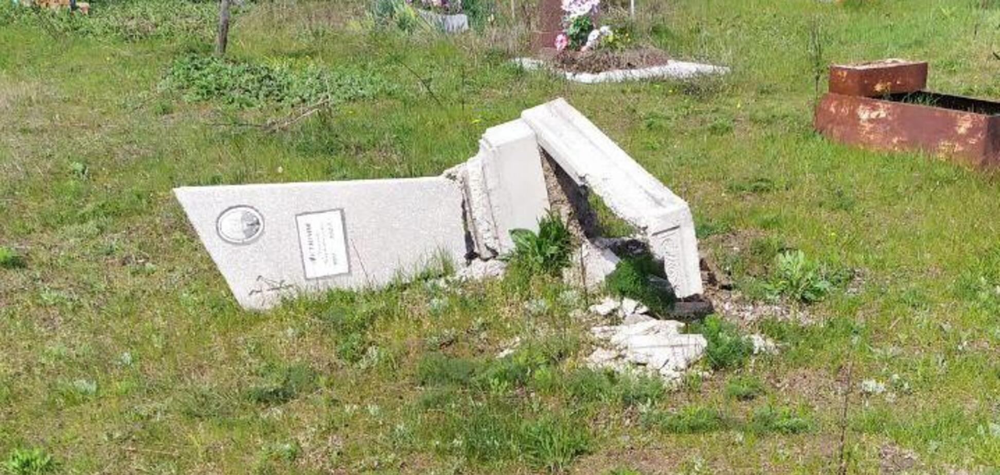 У Дніпрі на кладовищі вандали розкурочили близько двохсот могил. Фото