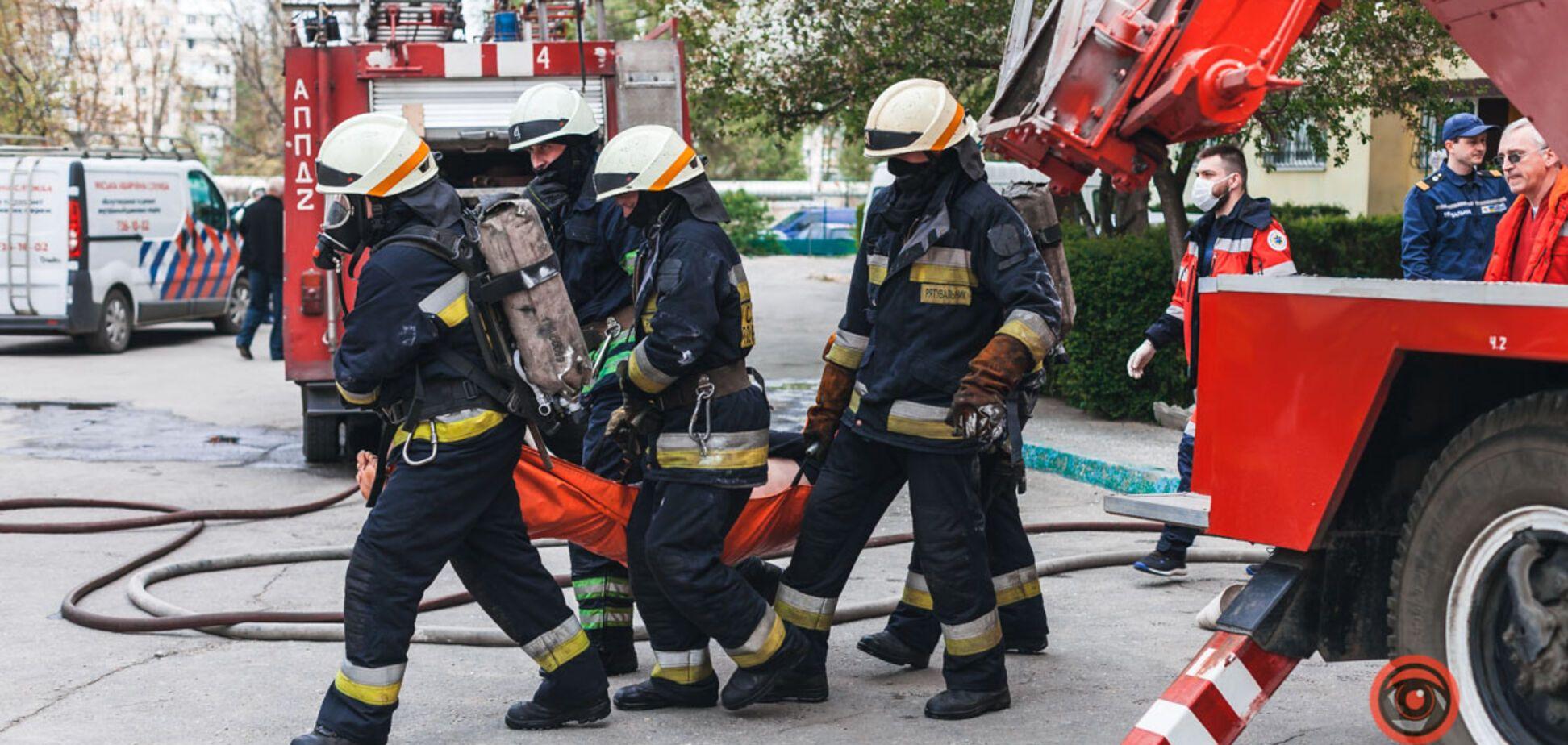 В Днепре вспыхнул пожар в многоэтажке: пострадавший мужчина умер в 'скорой'