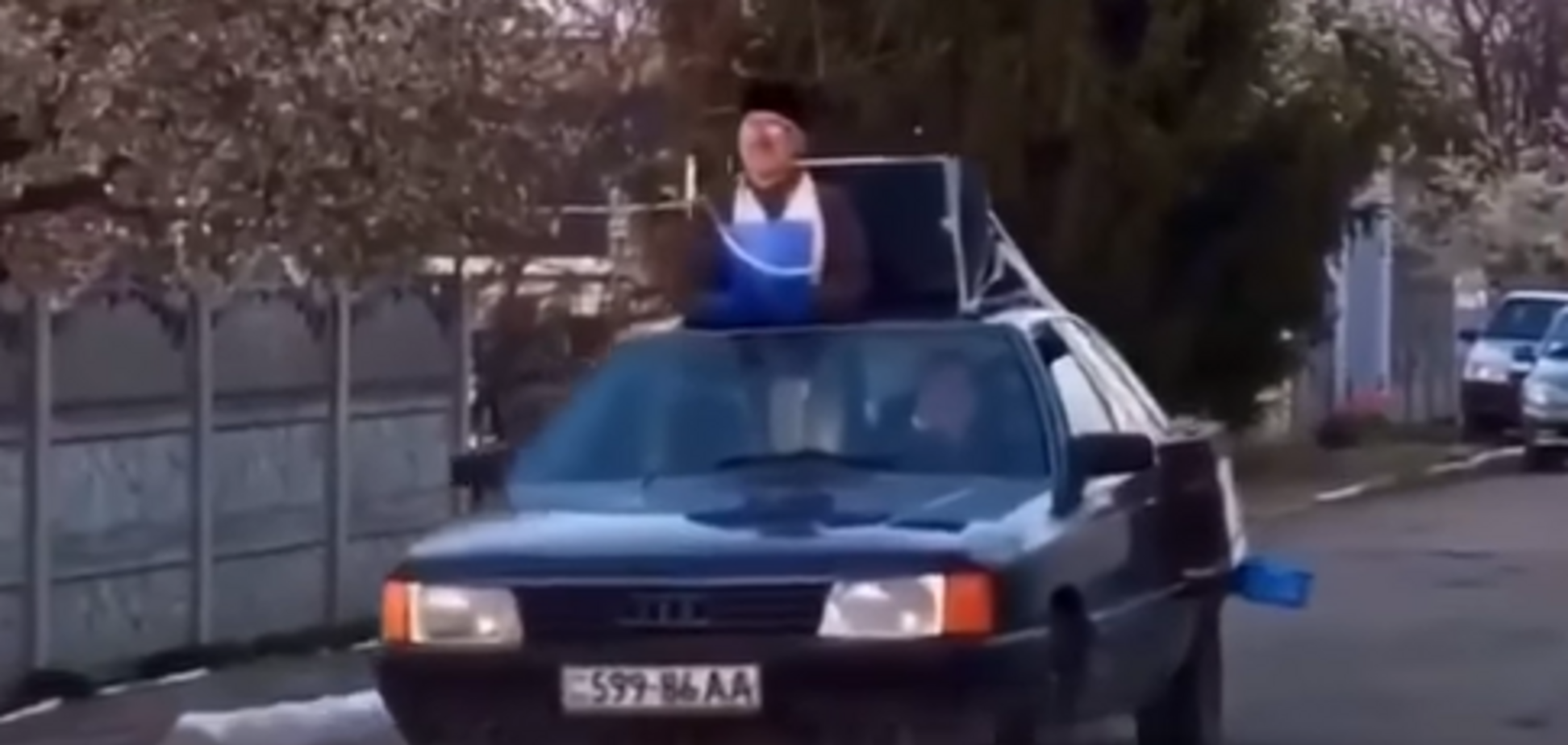 Під Дніпром священик їздив на машині з колонкою і святив паски. Відео