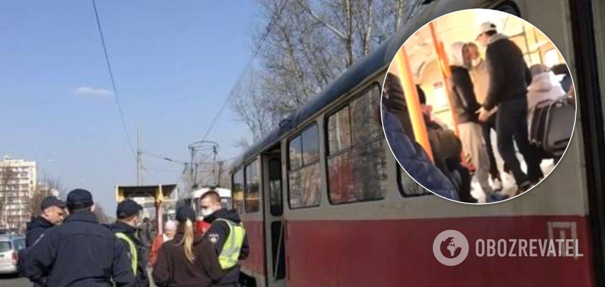 В киевском трамвае устроили потасовку из-за 'лишнего' пассажира. Видео
