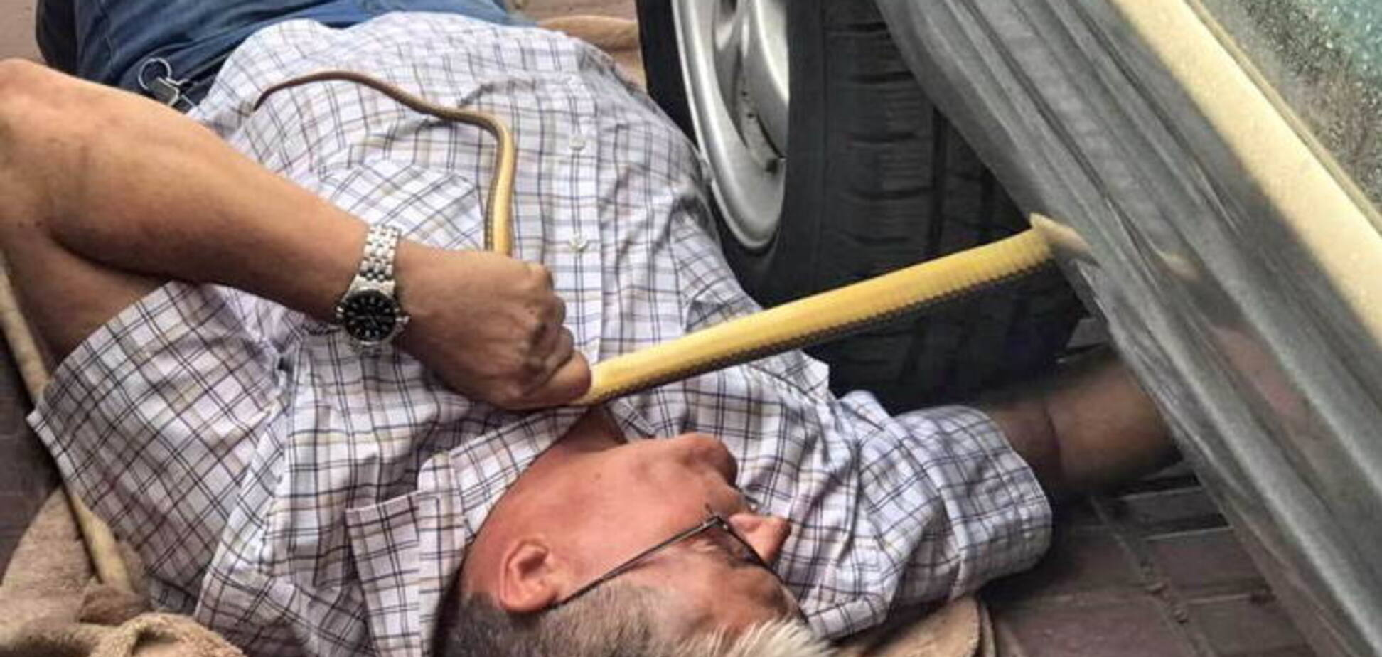 Под Днепром мужчина погиб под колесами собственного авто. Фото 18+