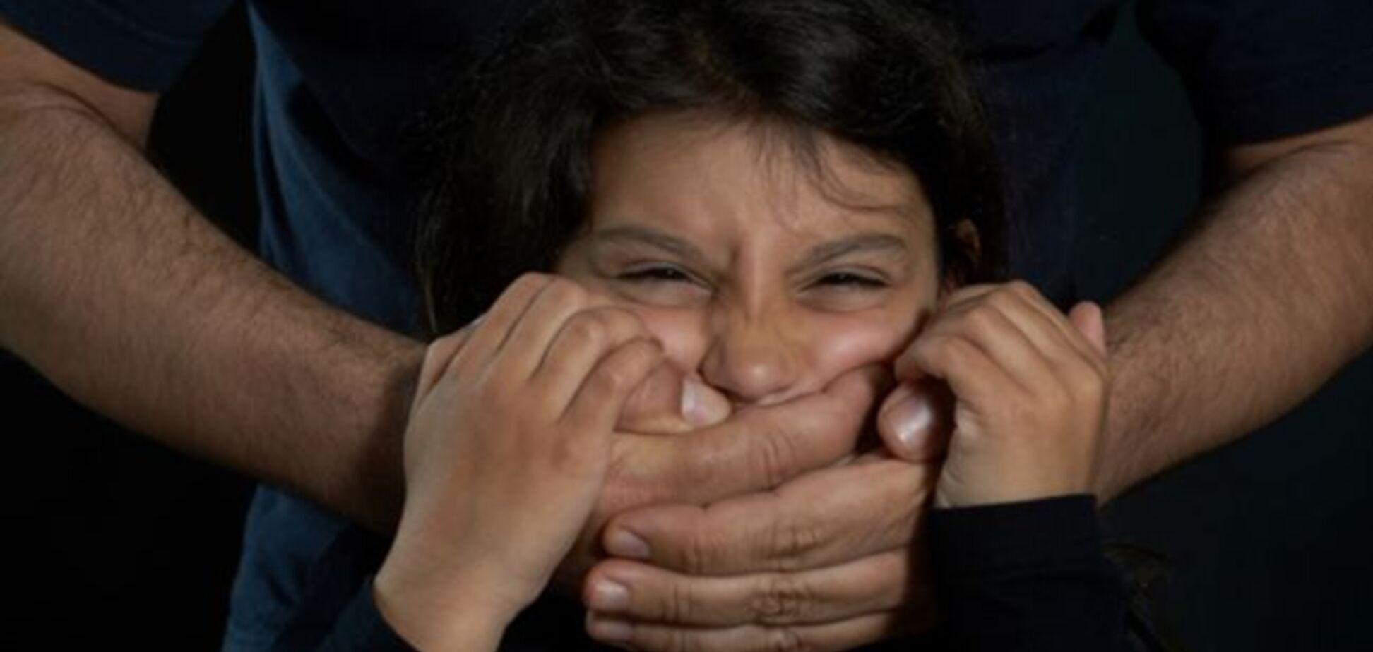 На Дніпропетровщині розшукують педофіла, який зґвалтував двох школярок: складено фоторобот