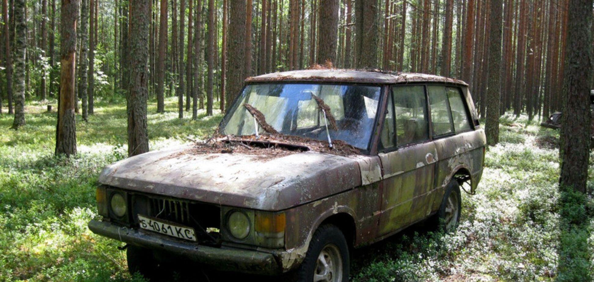 Посреди леса нашли брошенный Range Rover на советских номерах