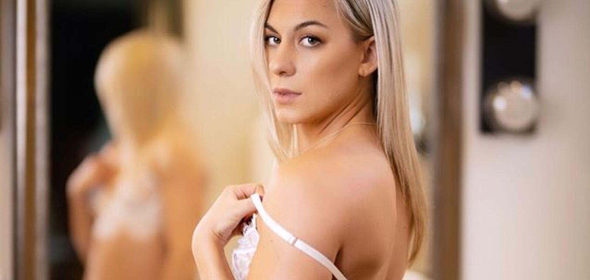 Популярна фітнес-тренерка виставила на продаж свої голі фото