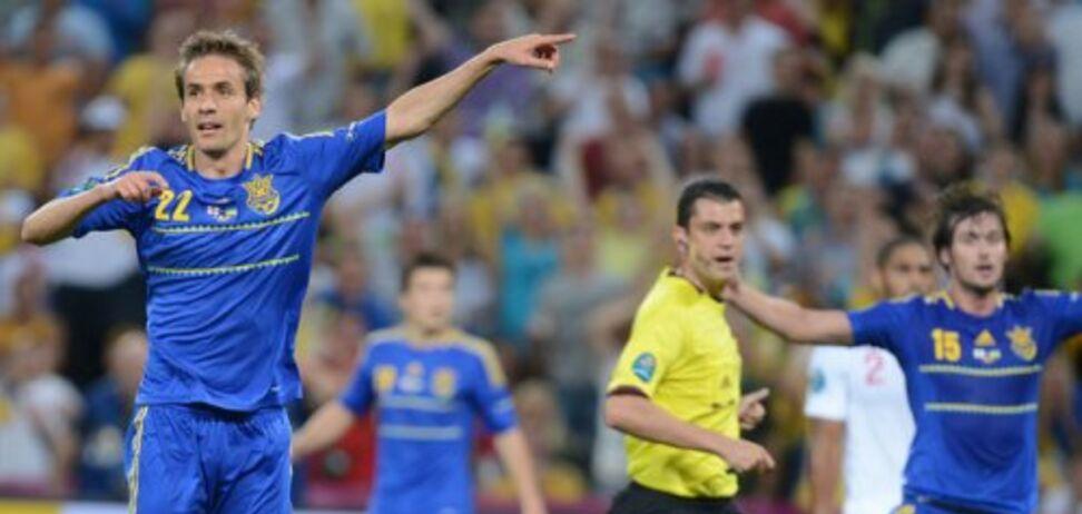 Марко Девич и Артем Милевский на переднем плане призывают арбитра засчитать гол в ворота сборной Англии