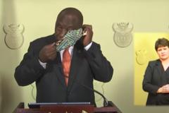 Президент ЮАР попытался надеть маску в прямом эфире, но оконфузился. Видео