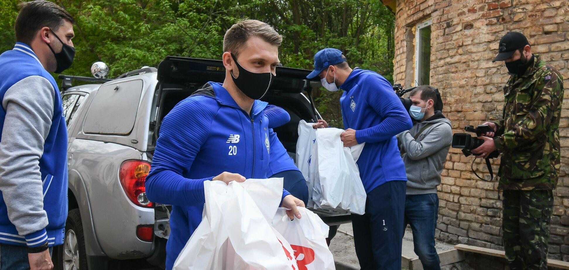 Футболісти 'Динамо' подарунками підтримали в госпіталі поранених воїнів АТО
