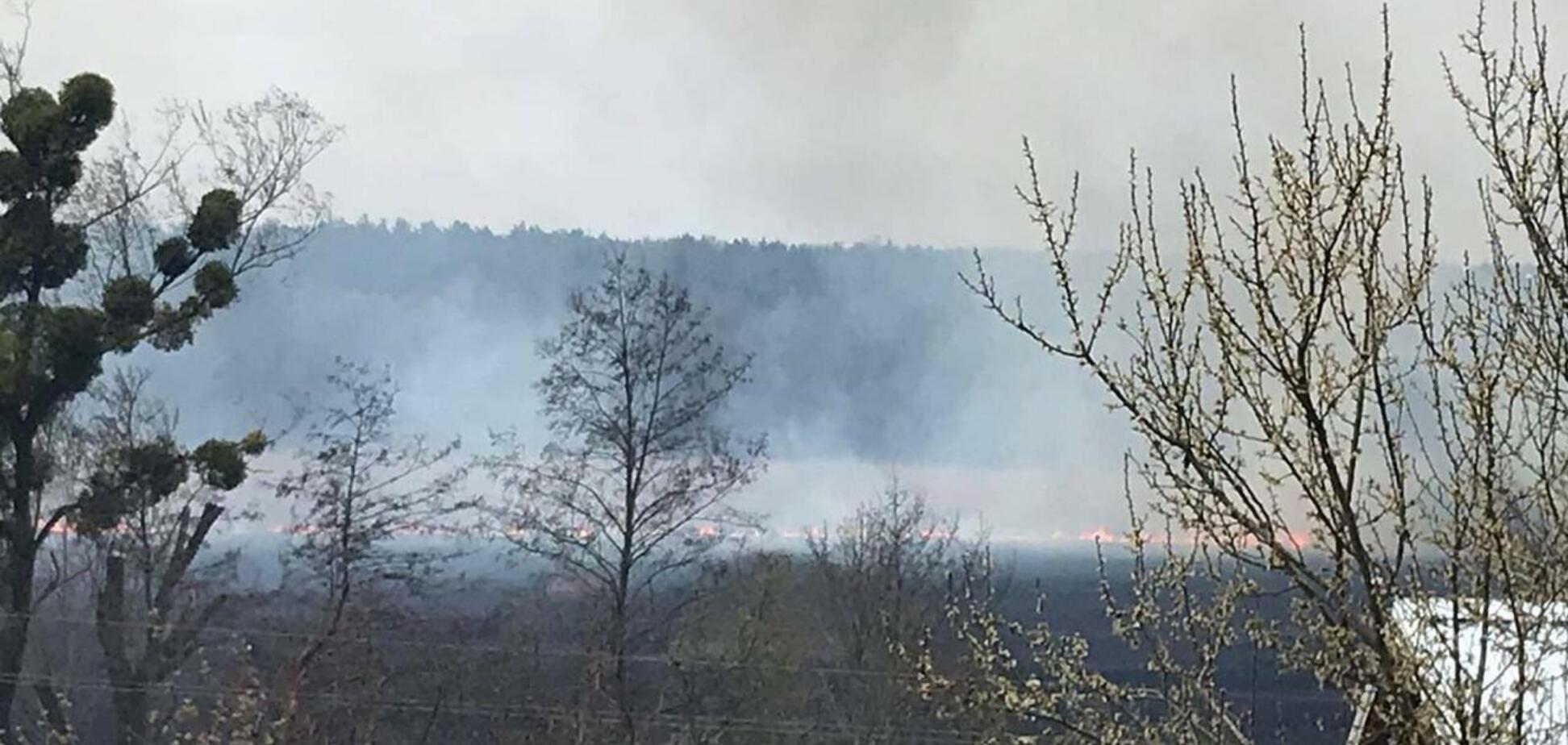 На Київщині спалахнула нова серйозна пожежа: згоріло п'ять будівель. Відео