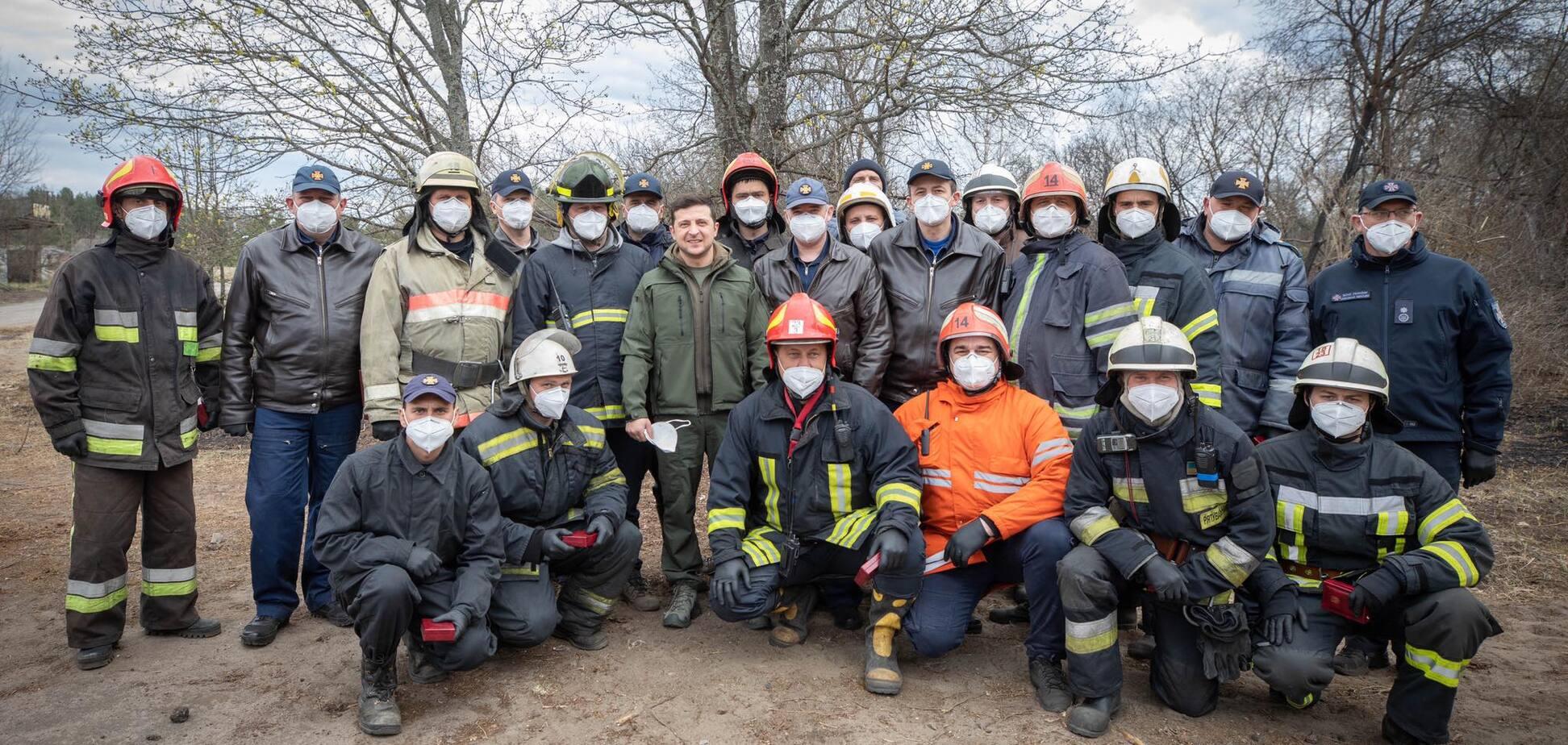 'Для нас вы – герои!' Зеленский наградил спасателей в годовщину катастрофы на ЧАЭС