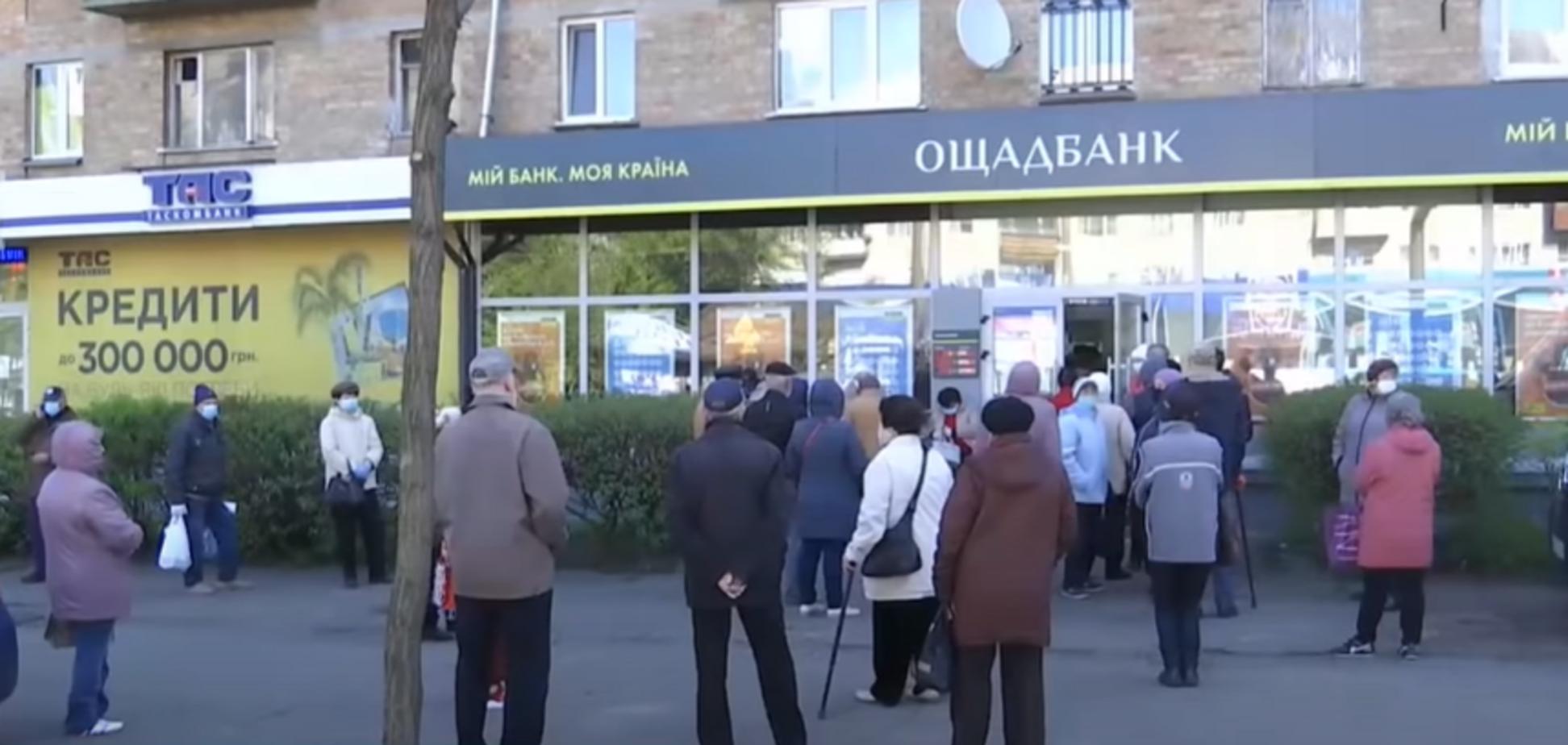 В Киеве пенсионеры массово штурмовали банки и почту. Видео