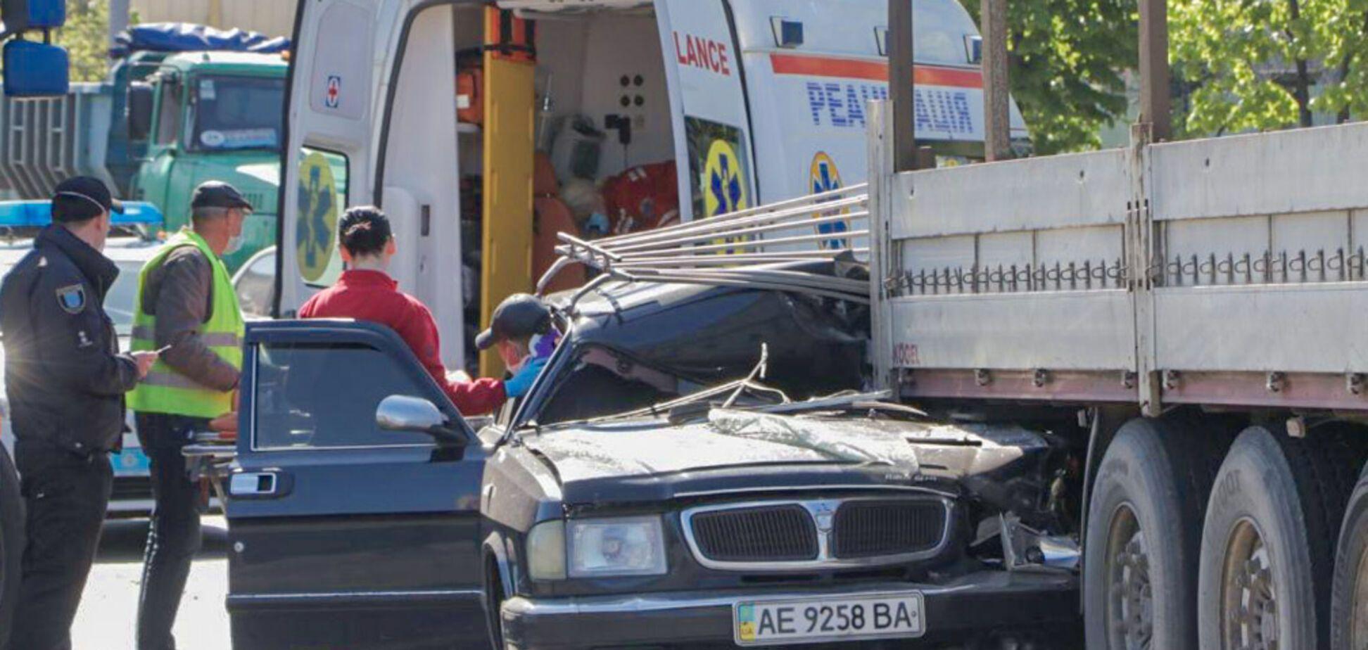 У Дніпрі авто на швидкості залетіло під вантажівку: є постраждалий. Фото