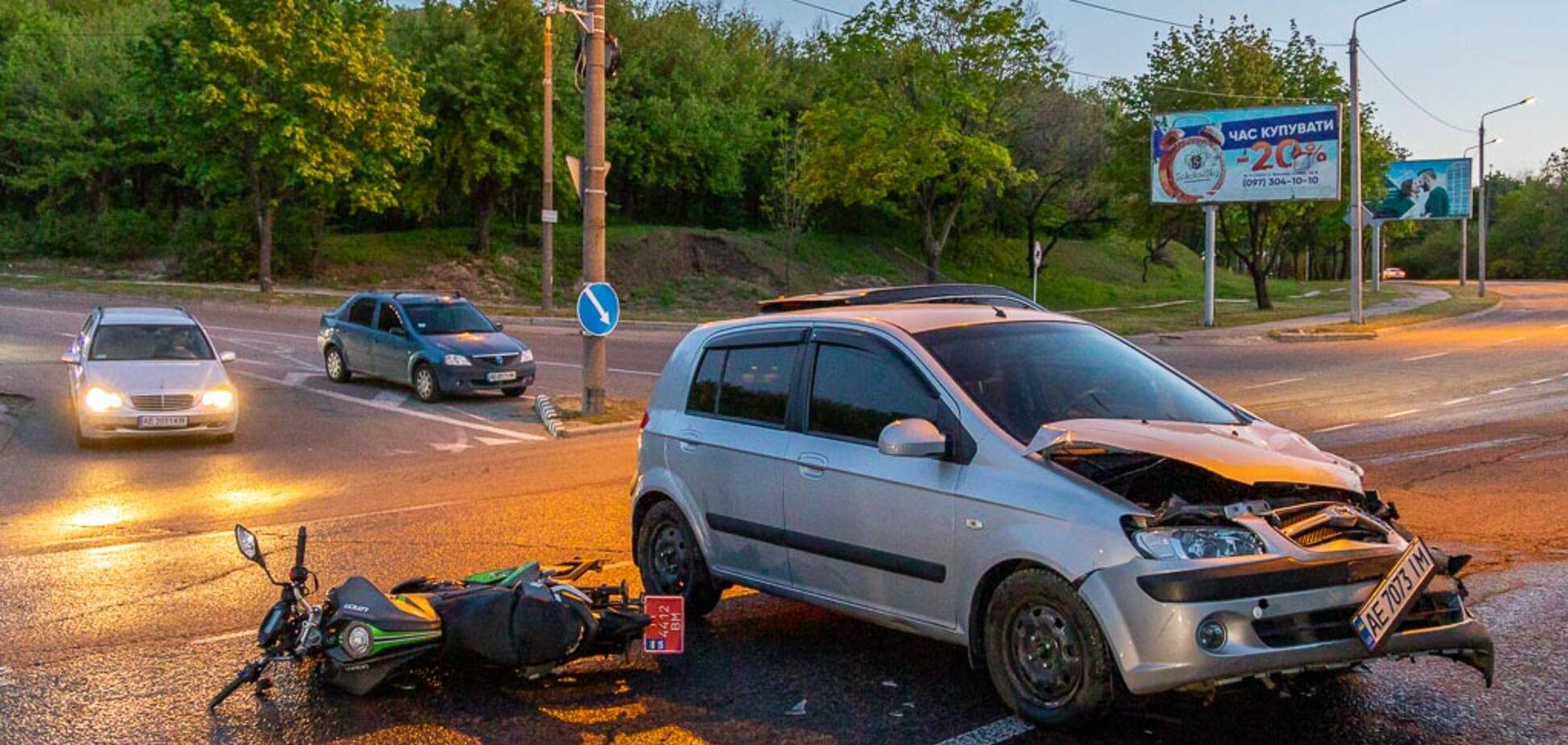 В Днепре на большой скорости столкнулись авто и мотоцикл: есть пострадавший