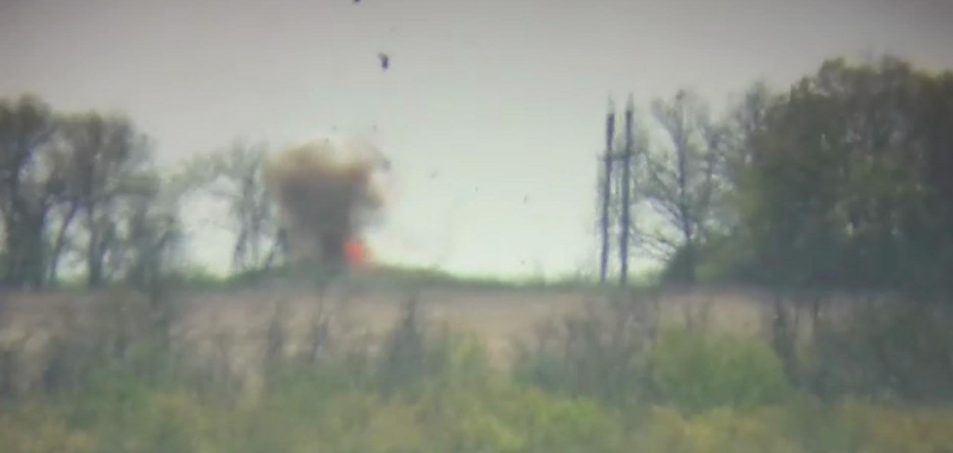 ВСУ на Донбассе взорвали командирский внедорожник террористов. Видео