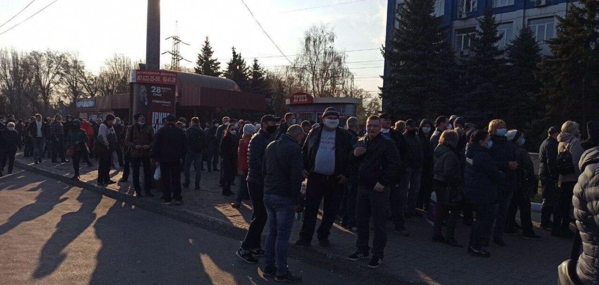 В Кривом Роге оштрафовали 'организаторов' огромной очереди для выдачи спецпропусков