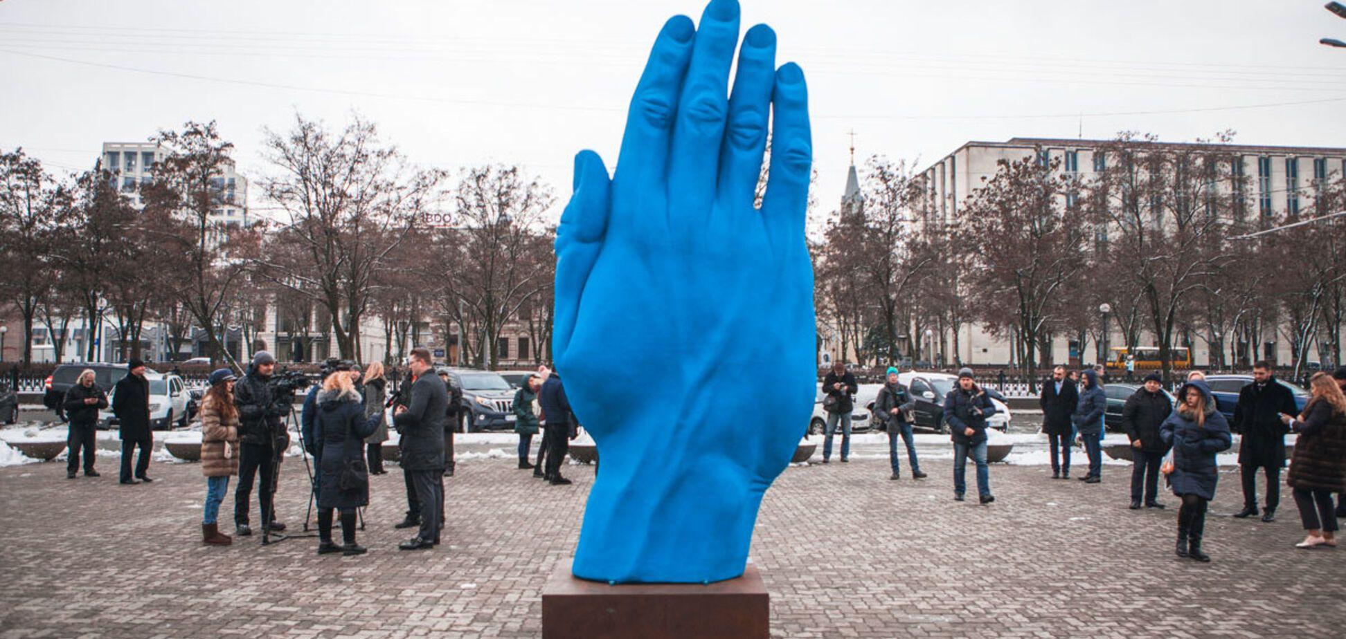 У центрі Дніпра вандали обписали 'Синю руку' румунського скульптора
