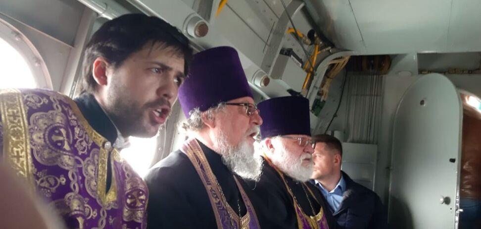В России священники на самолете устроили 'крестный ход против коронавируса'