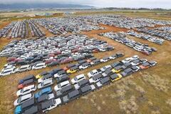 Бросили без дела: на фото показали кладбище новых авто длиной 100 км