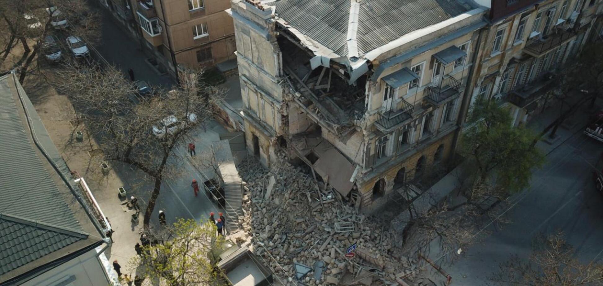 Момент обвалення старовинного будинку в Одесі потрапив на відео
