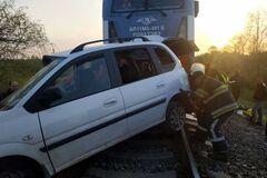 На Днепропетровщине поезд протаранил автомобиль: есть жертвы