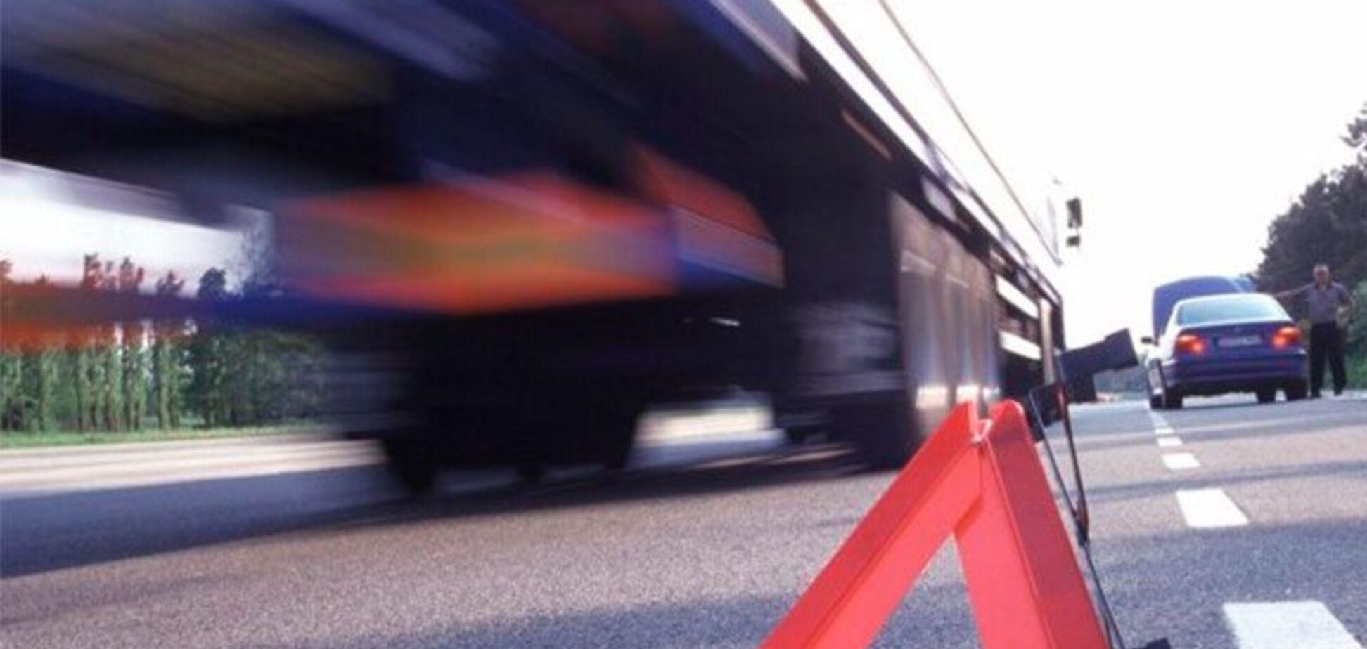 У Дніпрі пішохід потрапив під колеса вантажівки. Фото 18+