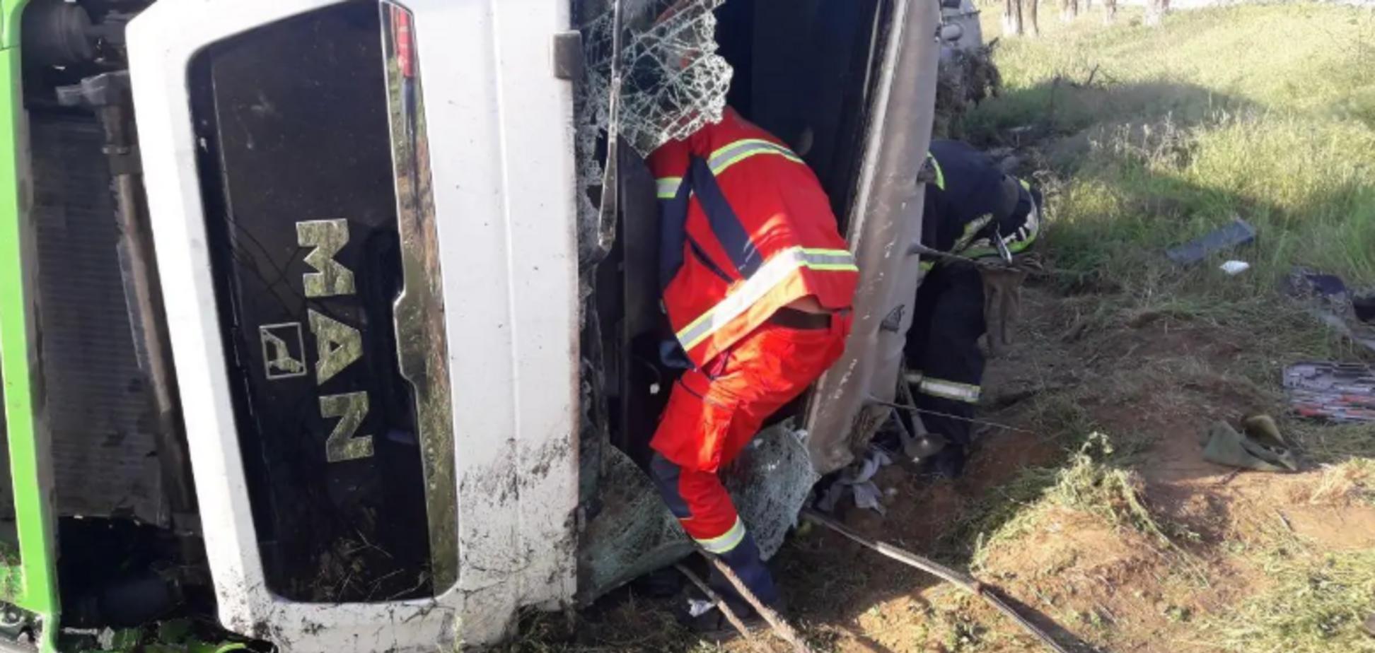 На Дніпропетровщині вантажівка з цистерною вилетіла в кювет: водія затиснуло в кабіні. Фото