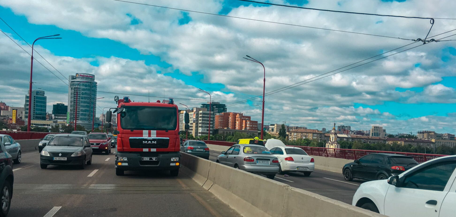 На Новому мосту в Дніпрі загорівся автомобіль: утворився величезний затор. Фото