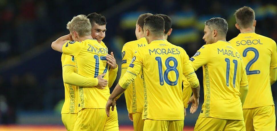 Жуниор Мораес празднует гол сборной Украины вместе с партнерами