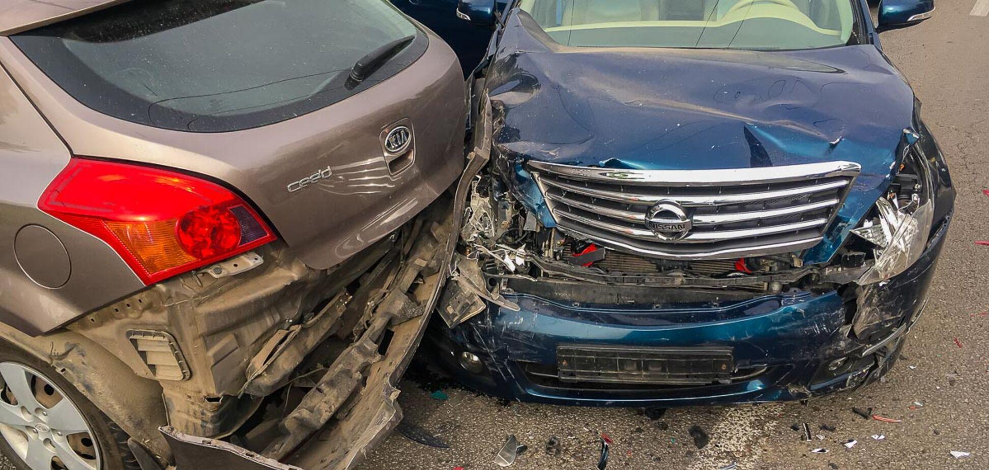 Обидва розбиті вщент: у Дніпрі автомобіль влаштував ДТП і влетів в стовп. Фото