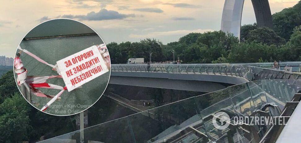У Києві на пішохідному мосту знову тріснуло скло