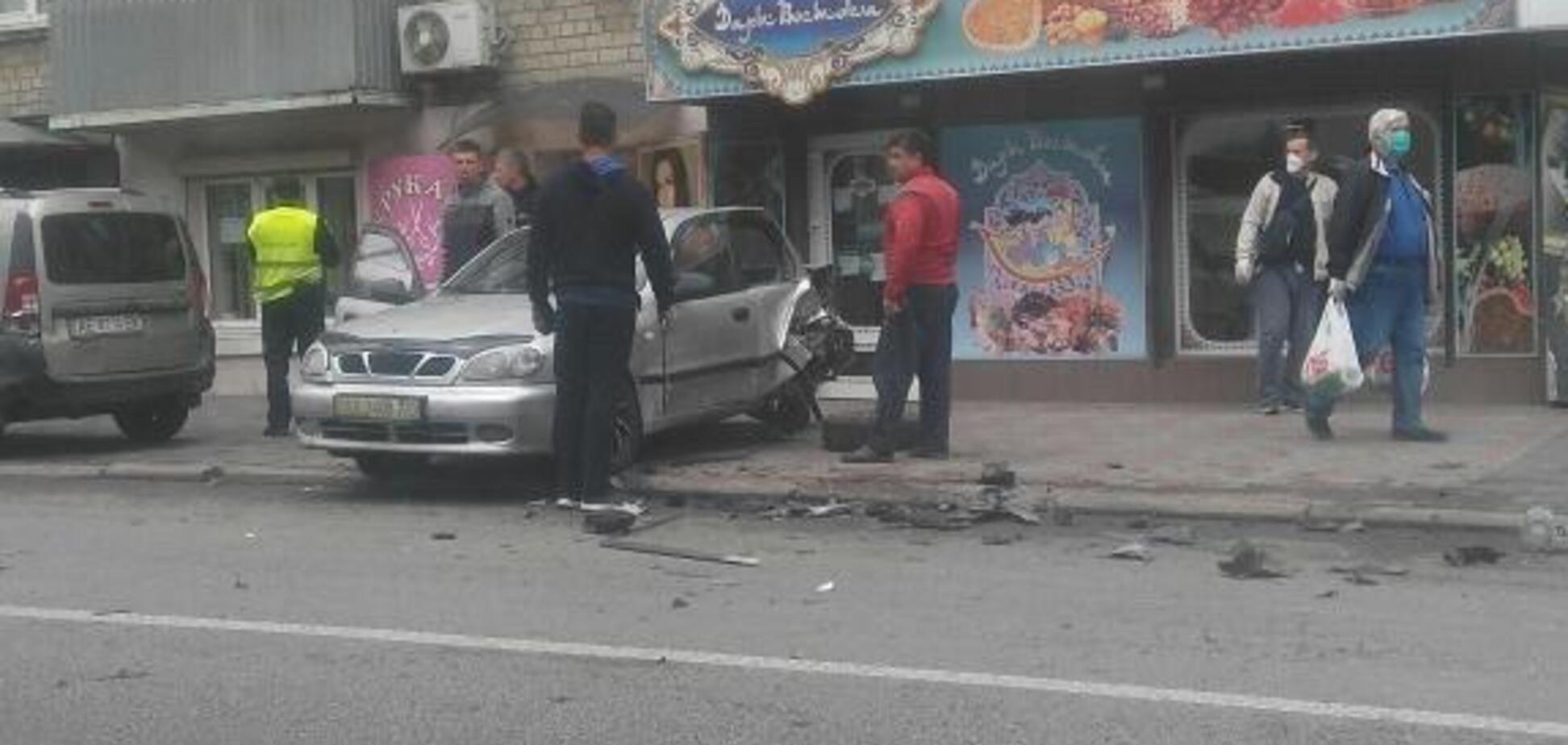 У Дніпрі водій Renault протаранив припарковані авто і втік. Відео
