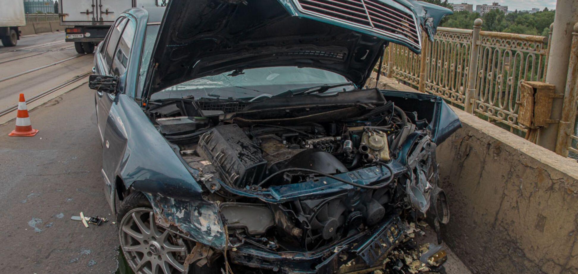 У Дніпрі на мосту Mercedes втратив керування і врізався в бетонний відбійник