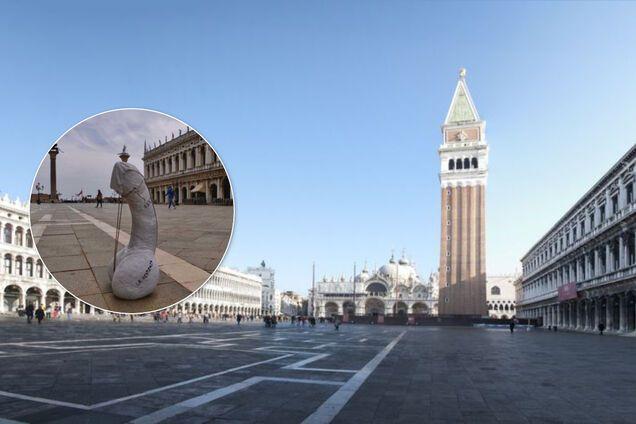 В Венеции на площади установили огромный мраморный пенис в маске. Фото акции