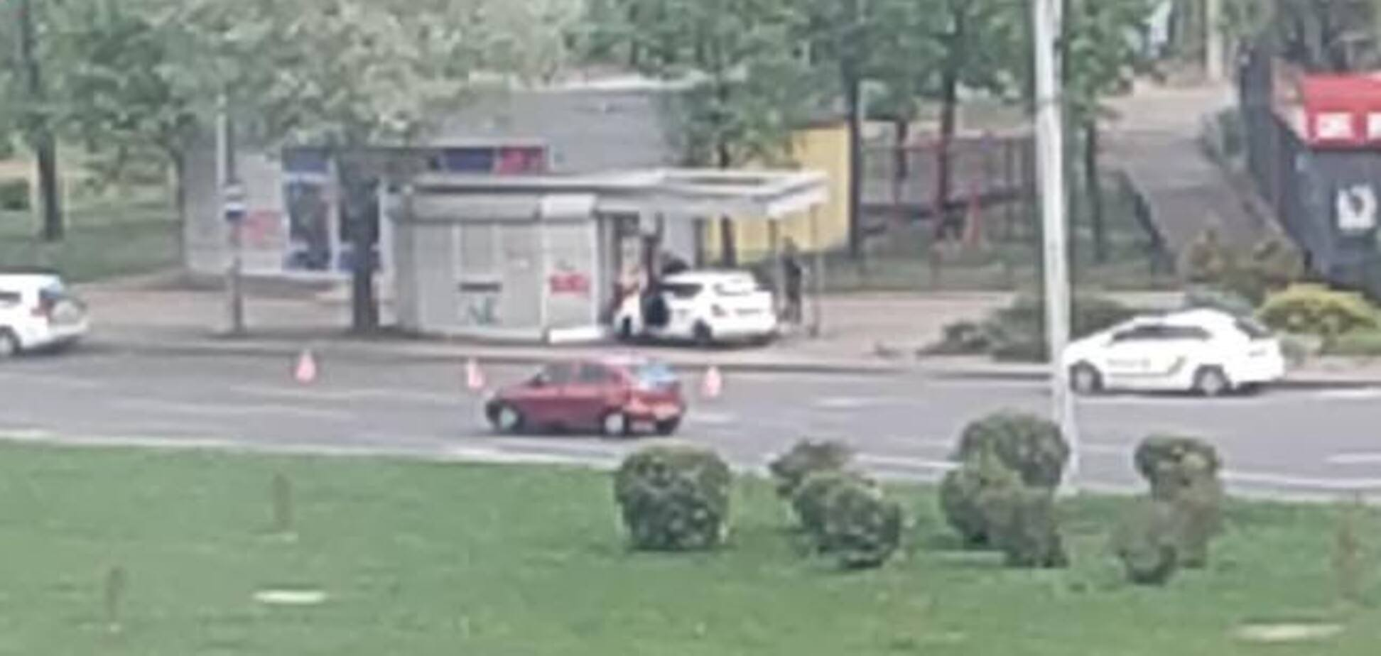 В Киеве такси Uber влетело в остановку