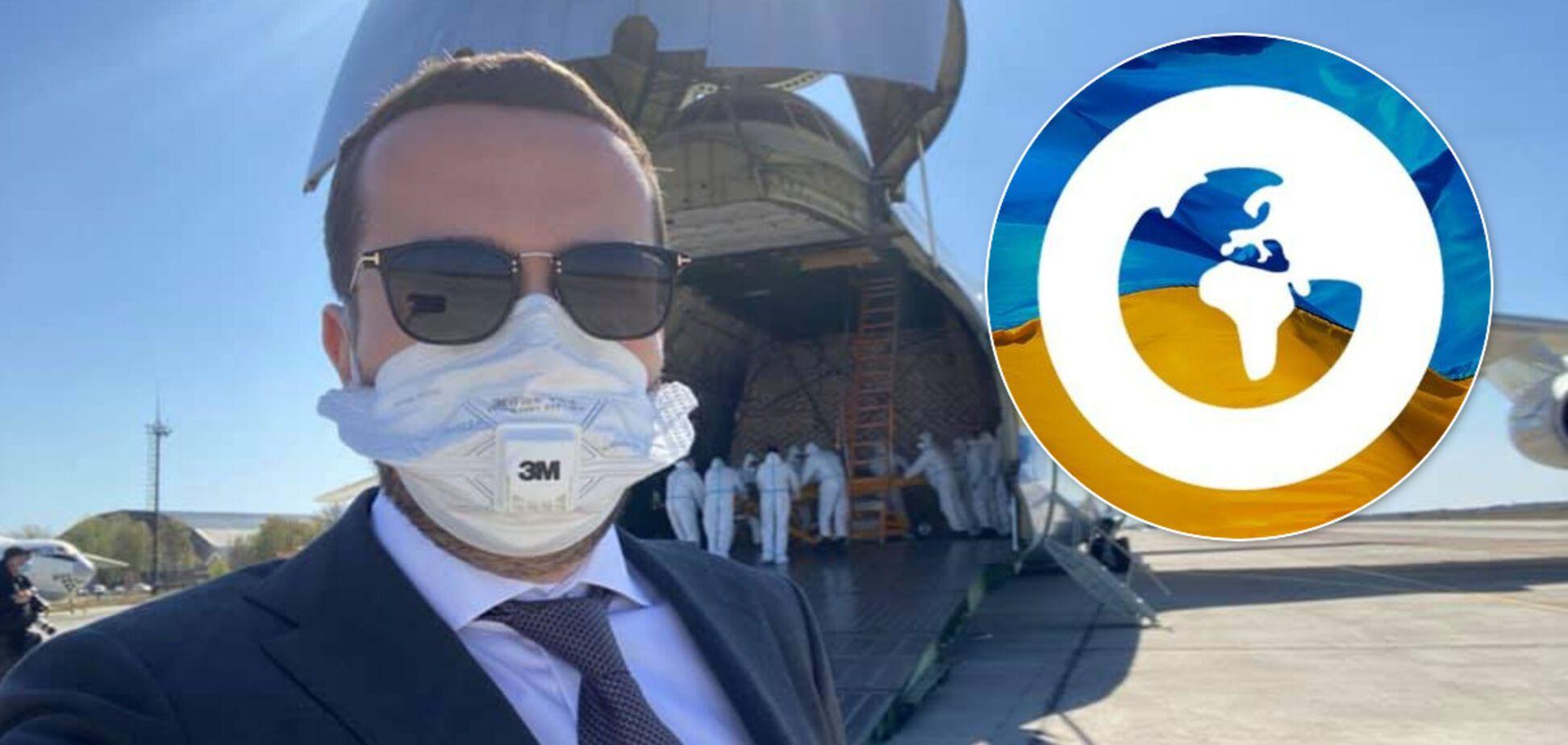 Кирилл Тимошенко на фоне самолета с медицинским грузом