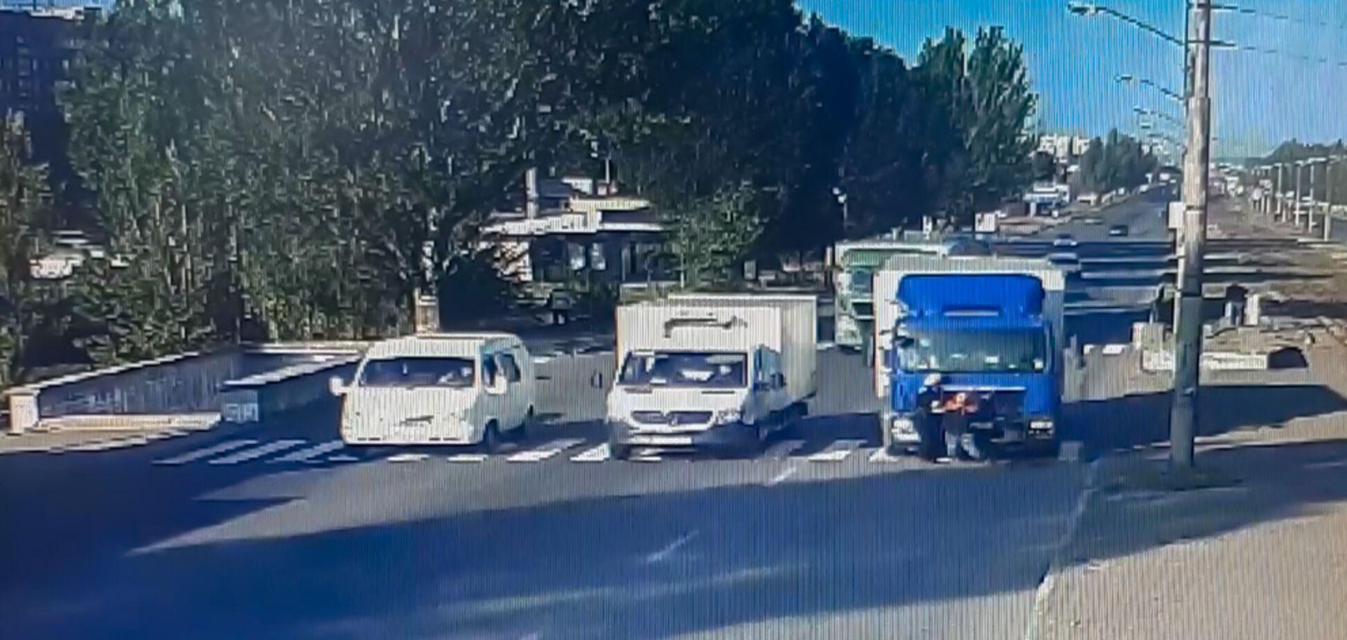 У Дніпрі вантажівка на пішохідному переході збив двох чоловіків: відео моменту