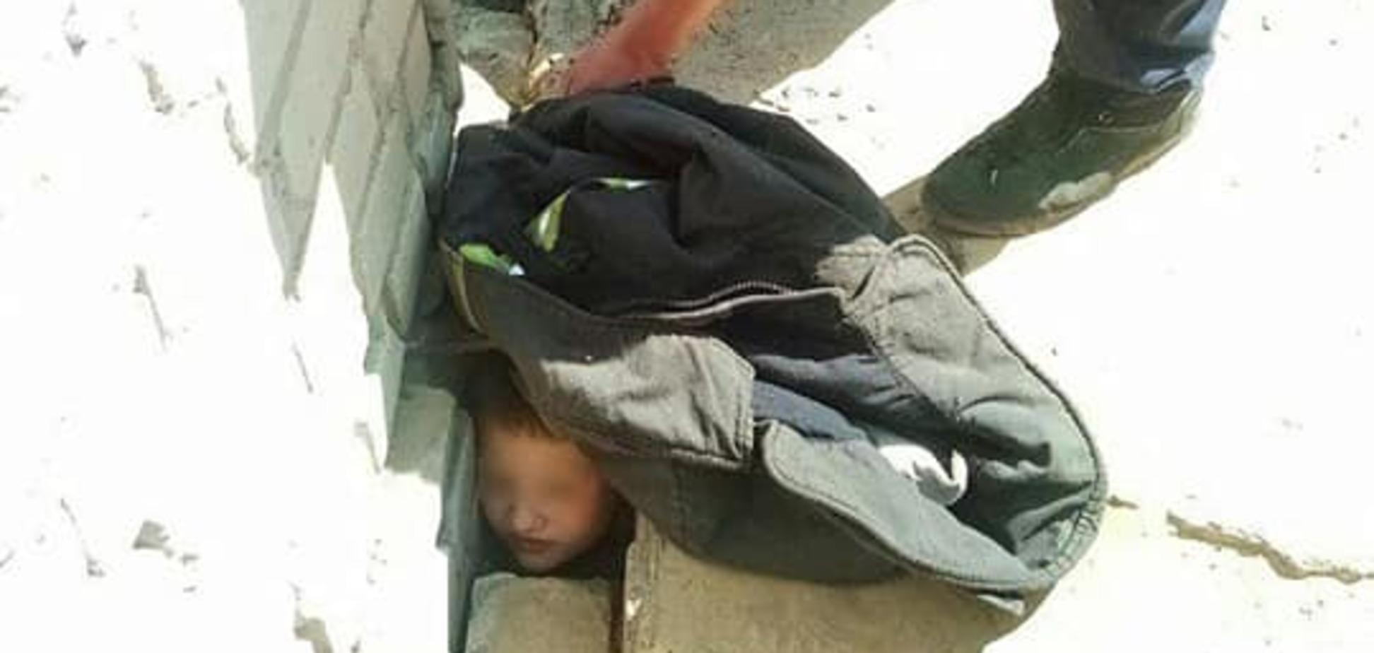 На Дніпропетровщині дитині затиснуло голову бетонною плитою. Фото