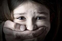 Намагався викрасти: у Чернігові перехожі відбили 7-річну дівчинку в наркомана