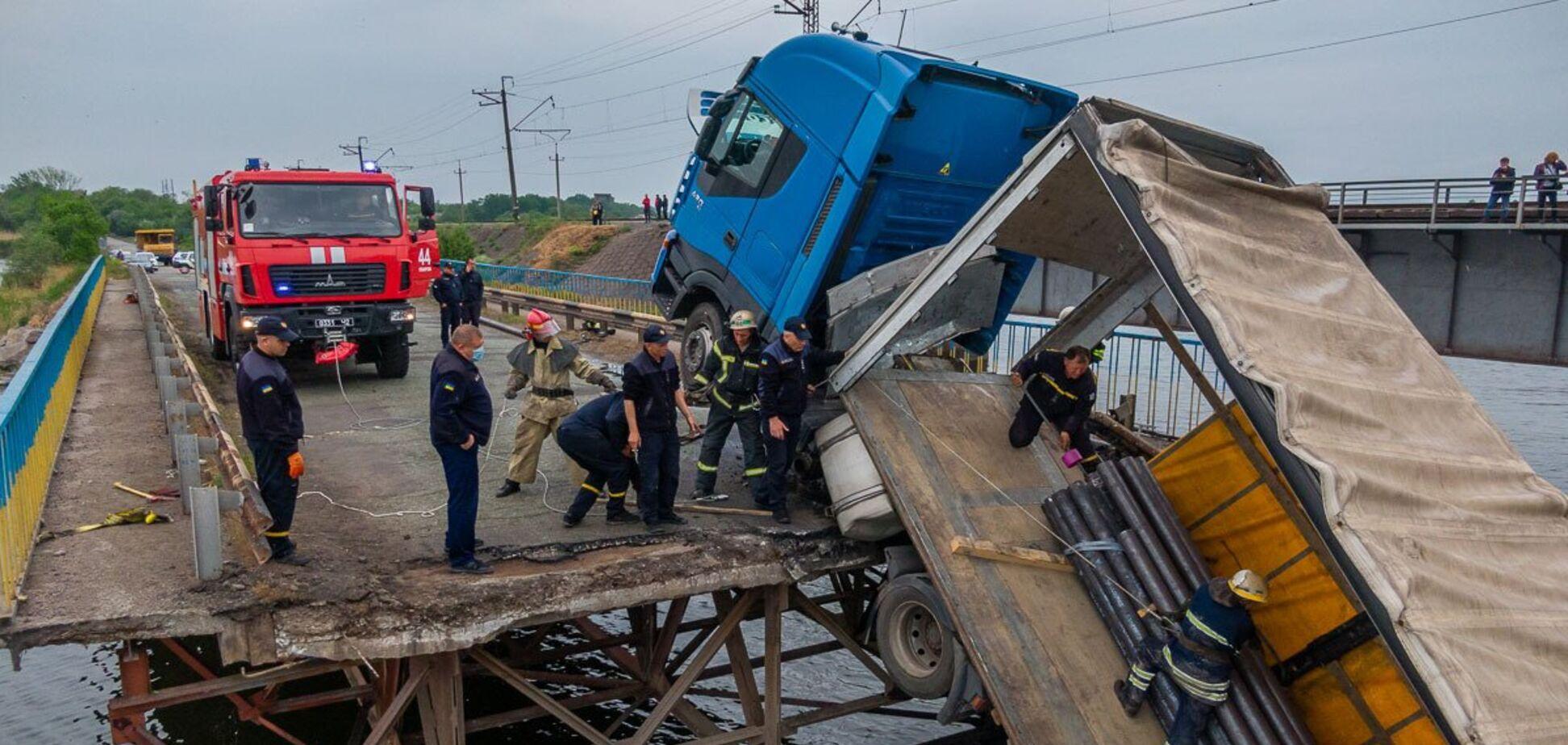 Потонула фура: момент обвалення моста під Дніпром потрапив на відео
