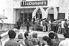 Первый в Украине McDonalds открылся 23 года назад: как выглядел и сколько стоил бургер. Фото