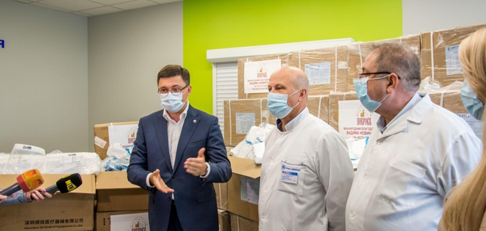 Фонд Новинского передал Мариуполю еще два ИВЛ и средства защиты для медиков