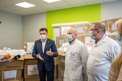 Фонд Новинського передав Маріуполю ще два ШВЛ і засоби захисту для медиків
