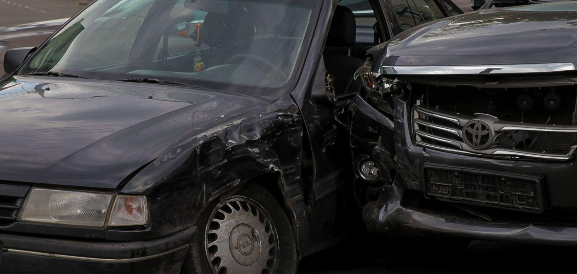 В Днепре на перекрестке столкнулись две легковушки: пострадали водители