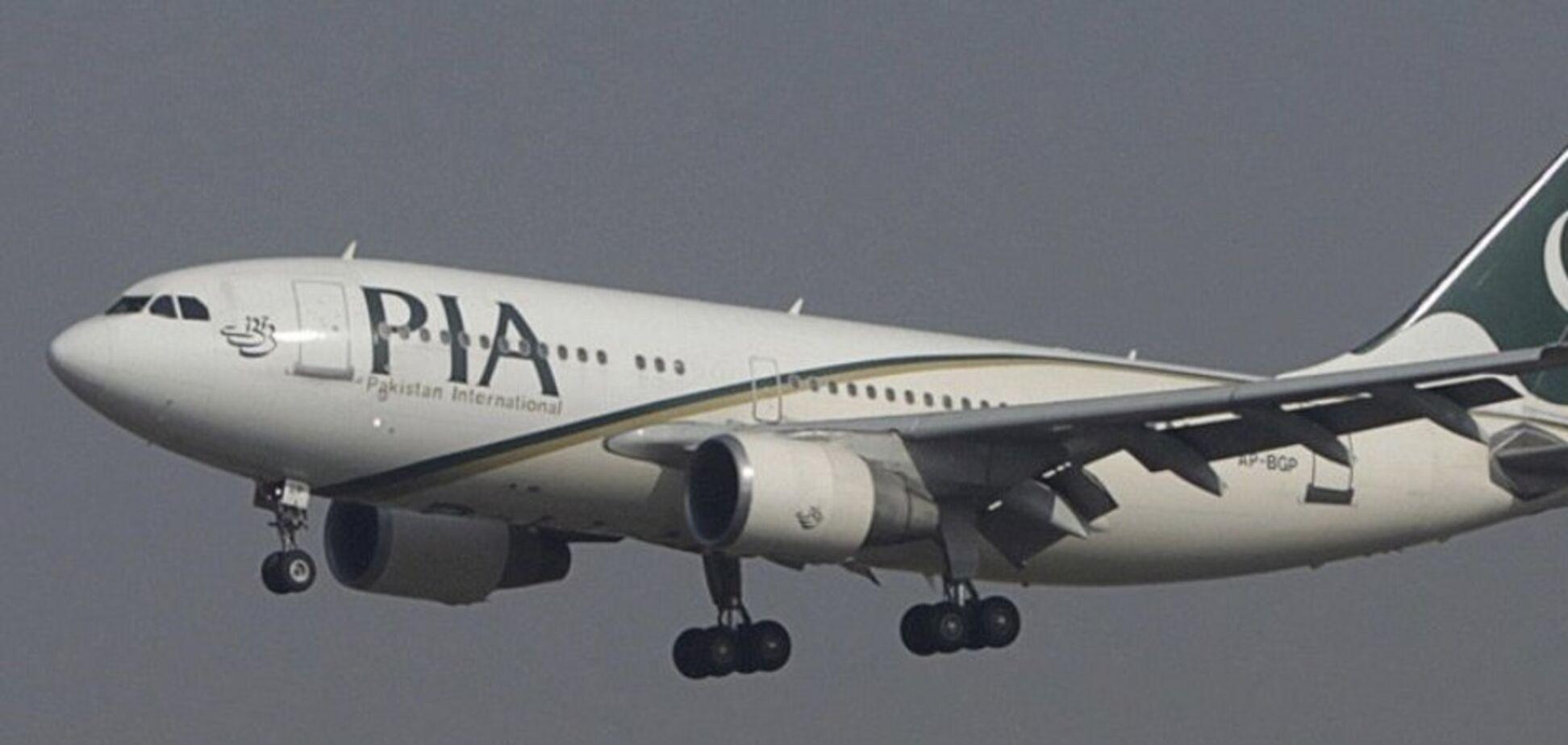Момент падения самолета в Пакистане: страшное видео назвали фейком